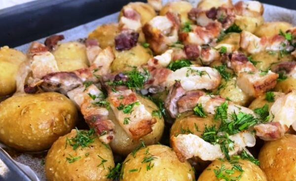 Как по-деревенски! Молодая картошка с салом в духовке