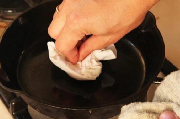 У моей бабушки ничего не пригорало в сковородках. Она покрывала их простым и доступным антипригарным покрытием