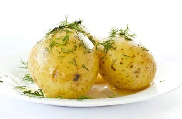 В офисе показала коллегам «трюк»: отварила картофель без воды за 5 минут